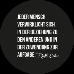 Zitat Ruth Cohn: Jeder Mensch verwirklicht sich in der Beziehung zu den anderen und in der Zuwendung zur Aufgabe.